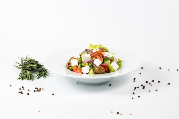 Salade met fetakaasolijven en verse groenten