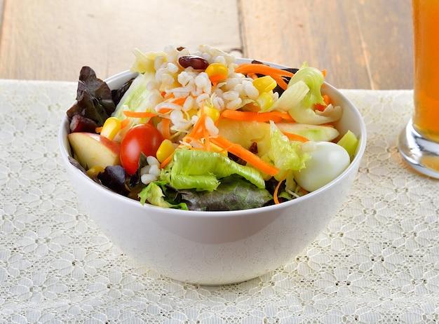Salade met fruit en groente in kom
