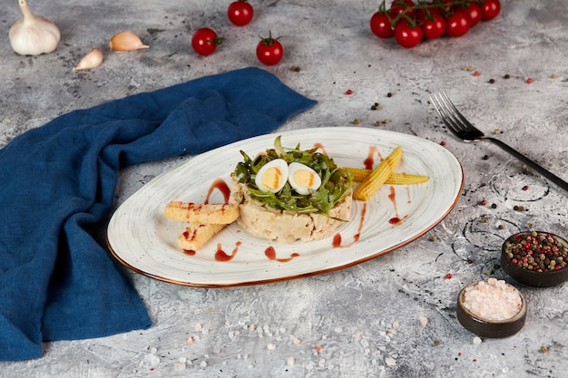 Salade met gebakken aardappelen, champignons, kip en roomsaus, grijze achtergrond Premium Foto