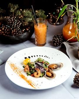 Salade met gebakken garnalen en sap