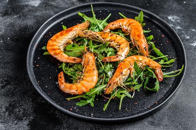 Salade met gegrilde gigantische langoustinegarnalen, garnalen en rucola. bovenaanzicht