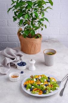 Salade met gegrilde perzik bosbes en feta
