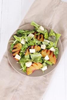 Salade met gegrilde perziken, rucola en mozzarellakaas
