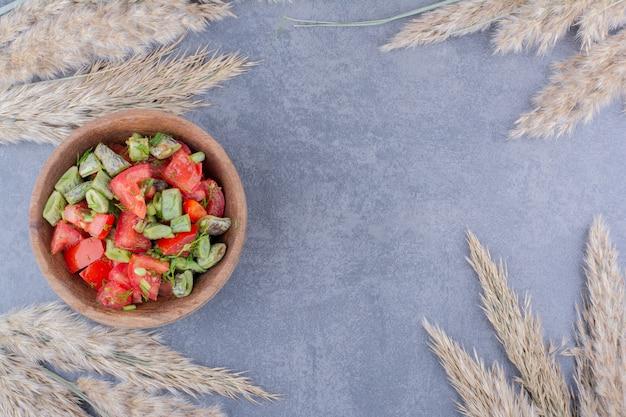 Salade met gehakte tomaten en sperziebonen