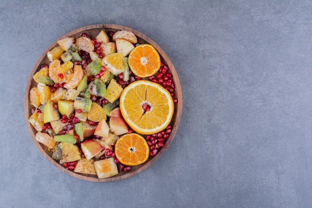 Salade met gehakte vruchten en kruiden