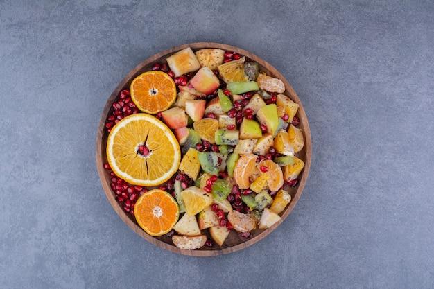 Salade met gehakte vruchten, kruiden en specerijen