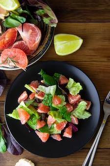 Salade met grapefruit, verlies weeg eten. dieet plan. houten rustieke tafel.