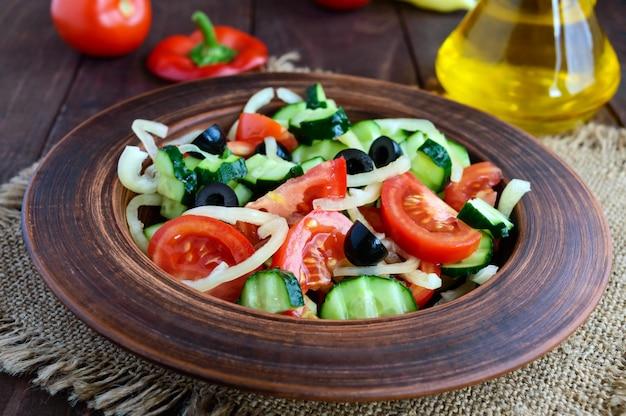 Salade met groenten, olijven en olie