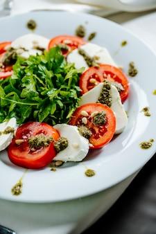 Salade met kaas en tomaten