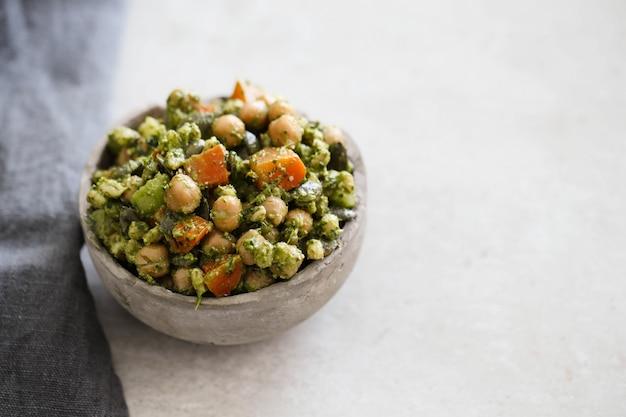 Salade met kikkererwten en avocado