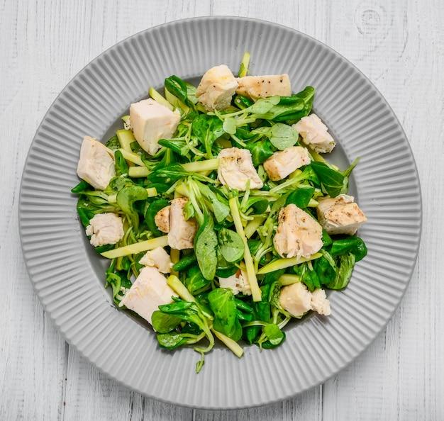 Salade met kip gegrild met sla