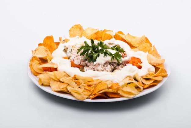 Salade met kip, groenten en chips