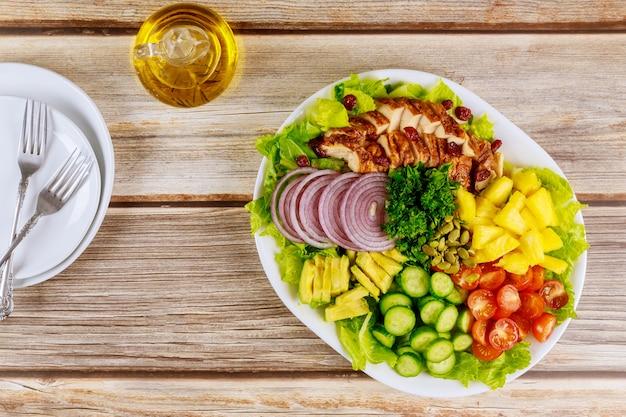 Salade met kipfilet, gezonde groenten en olijfolie