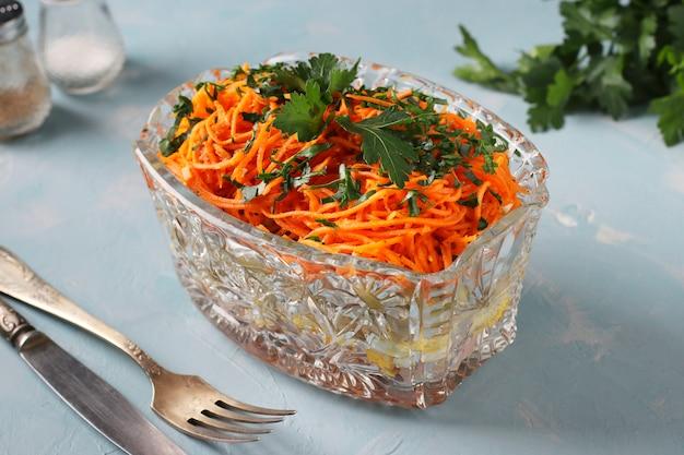 Salade met koreaanse wortelen, ham, eieren, ui en champignons