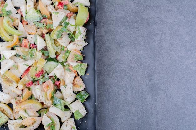 Salade met kruiden en groenten in een schotel