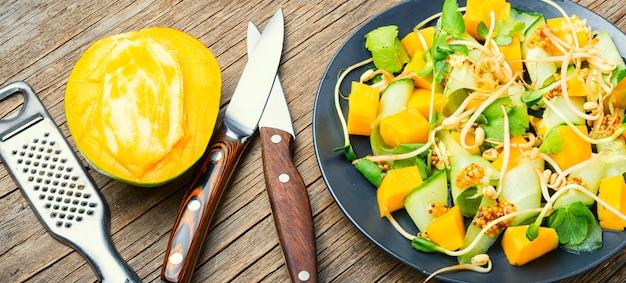 Salade met mango en groenten.