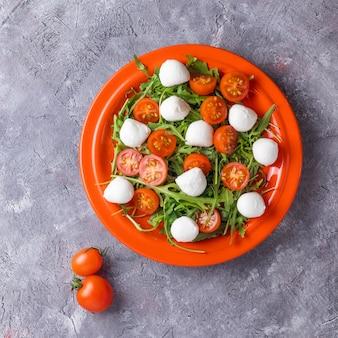 Salade met mozzarella, rucola, kerstomaatjes en balsamico dressing