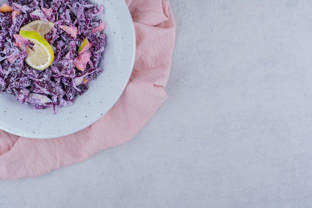 Salade met paarse kool en ui in een bord