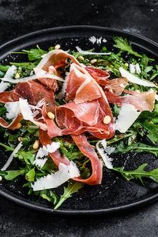 Salade met parma, prosciutto-ham, rucola en parmezaanse kaas.