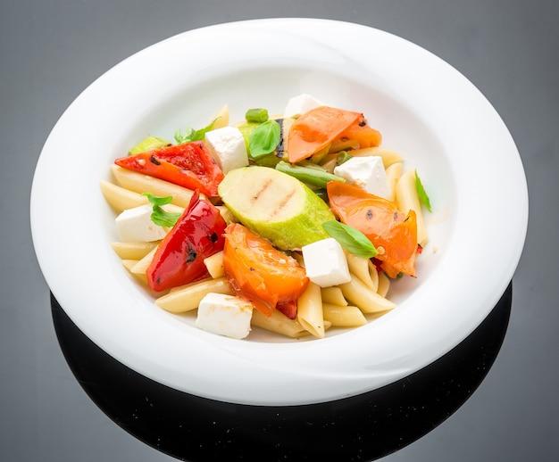 Salade met pasta, groenten en feta