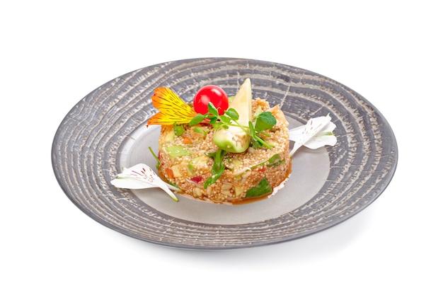 Salade met quinoa en groenten op wit wordt geïsoleerd