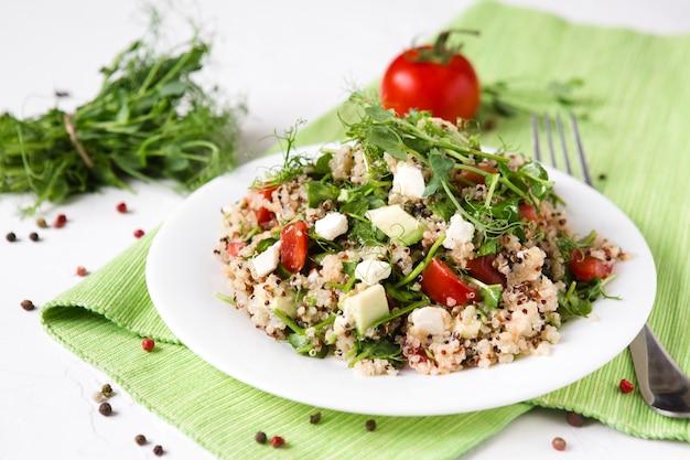 Salade met quinoa, tomaat en avocado