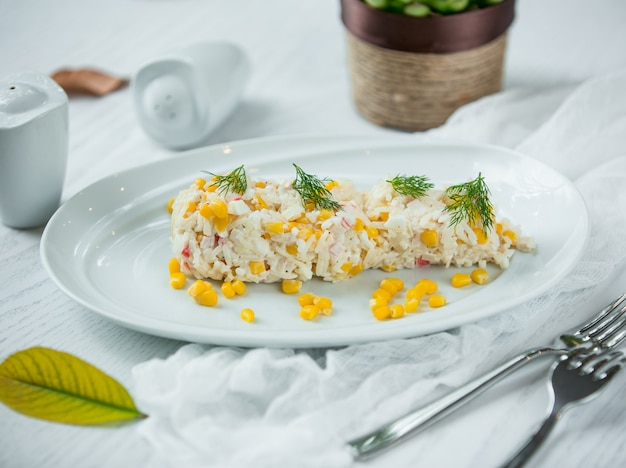 Salade met rijst en maïs