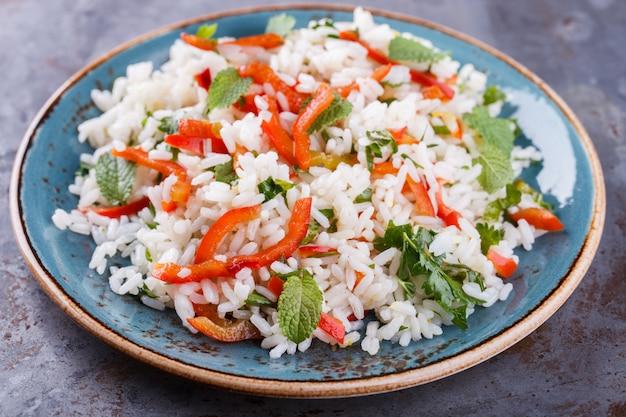 Salade met rijst, paprika, chilipeper