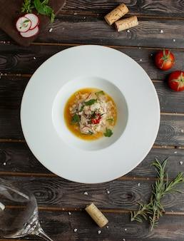 Salade met roomkaas in olieachtige saus met kruiden.