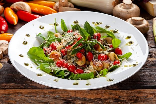 Salade met rucola, basilicum, cherrytomaatjes en toast