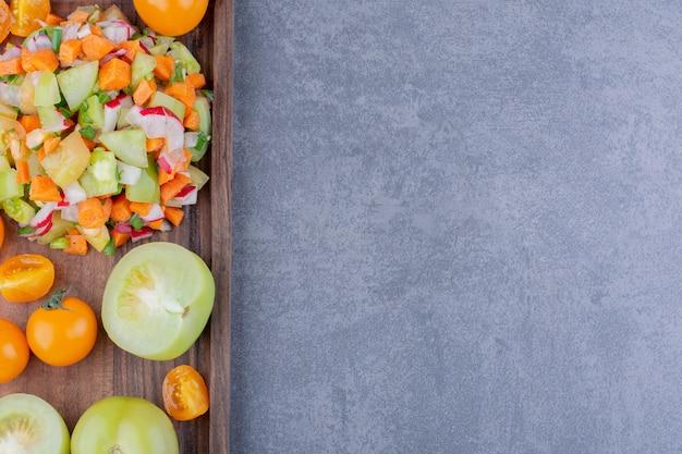 Salade met seizoenskruiden en groenten in een schotel