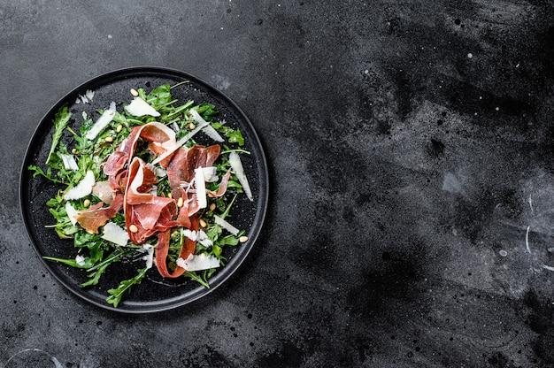 Salade met serrano jamon, ham, rucola en parmezaanse kaas., bovenaanzicht