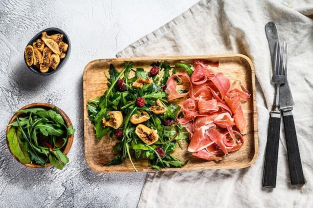 Salade met serrano jamon, ham, rucola en vijg. antipasto