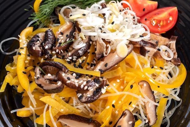Salade met shiitake-paddenstoelen en aardappel, met kruiden. voor elk doel.