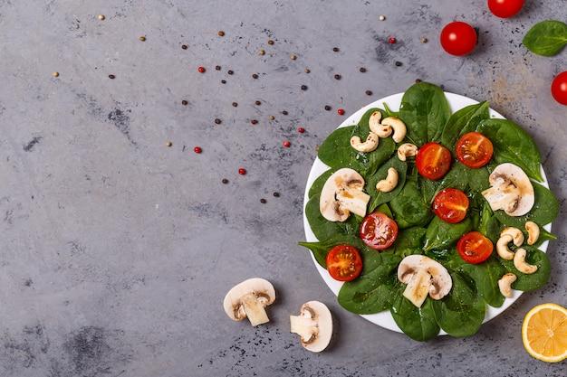 Salade met spinazie, champignons, cashewnoten en tomaten