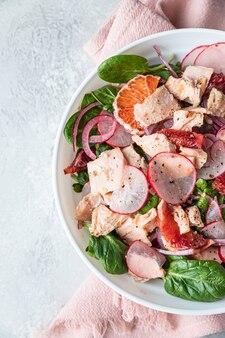 Salade met spinazie zalmradijs en siciliaanse rode sinaasappels
