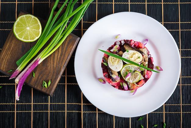 Salade met sprot, bieten, aardappelen en kwarteleitjes. bovenaanzicht