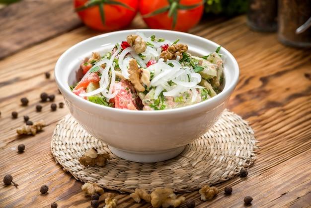 Salade met tomaten en komkommers