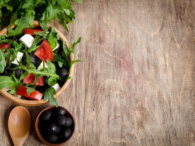 Salade met tomaten en olijven in een kom