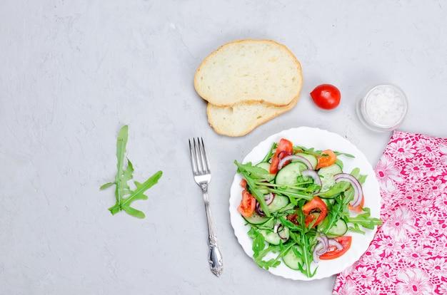 Salade met tomaten, komkommers en rucola