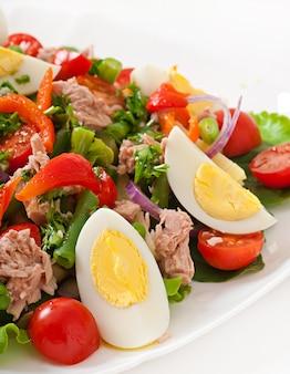Salade met tonijn, tomaten, aardappel en ui