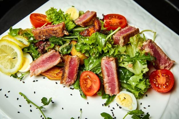 Salade met tonijnmix salade cherrytomaatjes aardappelen en kwarteleitje