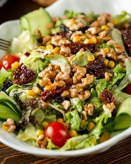 Salade met verse groenten, walnoten en maïs