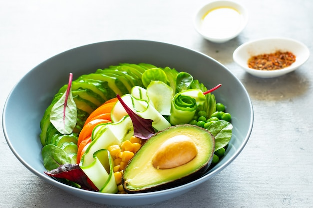 Salade met verse komkommer avocado en sla