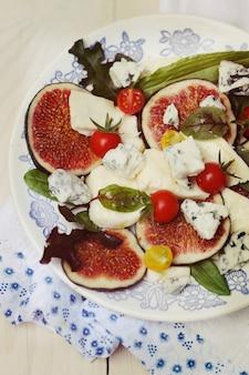 Salade met vijgen, blauwe kaas en geitenkaas
