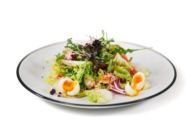 Salade met vitamines voor het behoud van het lichaamsgewicht