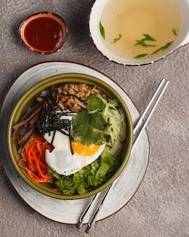 Salade met vlees. traditionele chinese en koreaanse keuken