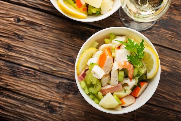 Salade met zeevruchten, aardappel en selderij