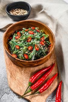 Salade met zeewierwakame en rode chilipeper