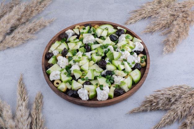 Salade met zwarte olijven en bloemkool